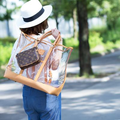 涼しげなクリアカラーが暑い夏にぴったり♡ モノグラム生誕100周年限定ビニールトートバッグ