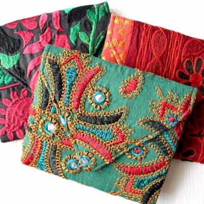 小物だからこそこだわりを!刺繍が美しいカッチテキスタイルのミニポーチ。