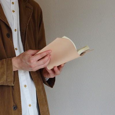 ー今日から育てるー「経年変化が楽しめる ヌメ革のブックカバー」