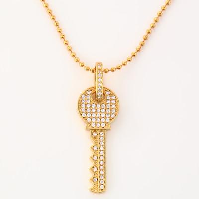 鍵の形をしたゴージャスなネックレス。丁寧なパヴェセットが目を惹くアイテムです。