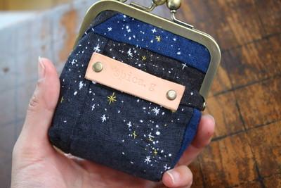 リネンのパッチワークの夜空に繊細な星空の刺繍を施した世界に一つだけのがま口。