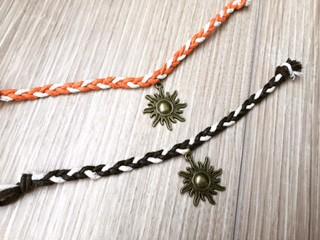 秋冬にぴったり!!2色のワックスコードで編み込んだ太陽チャームミサンガ