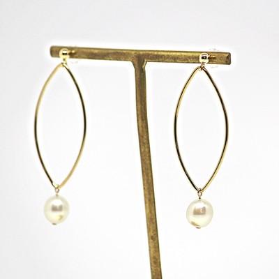 洗練された女性に身に着けてほしい 卵型あこや本真珠と14KGFマーキス型パーツを合わせた大ぶりピアス