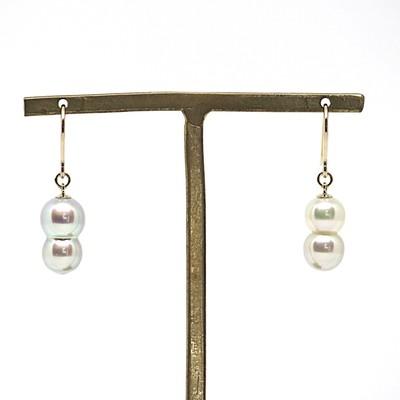 とても珍しいあこや本真珠のツインパールピアス 左右色違いのアシンメトリーなデザイン