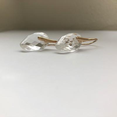 「自然な華やぎ」が生まれる氷を結晶にしたような天然石ピアス