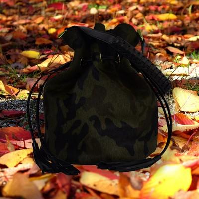 迷彩柄のショートヘアのはらこバッグ。巾着型のバッグは軽快さを感じませんか?