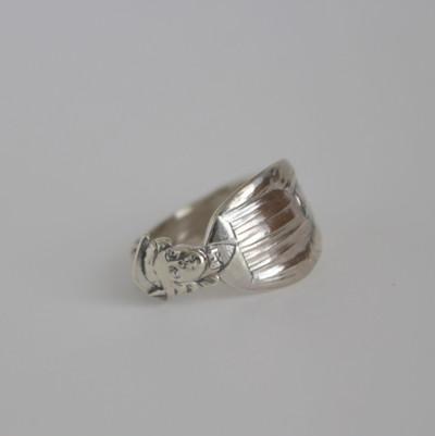 アンティークの銀器から指輪を作りました。一点物です
