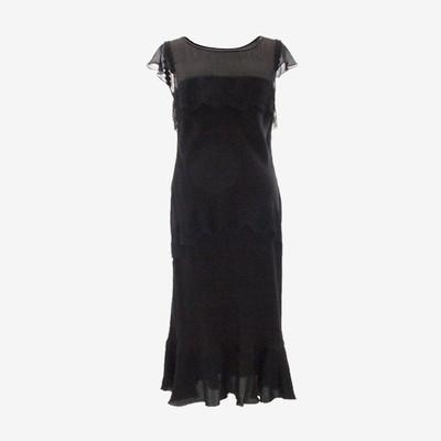 センシュアルな魅力を引き立てるブラックドレス