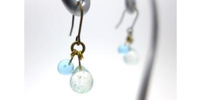 透明感と細かな泡のきらめきが魅力!みずみずしい朝露を想わせる、ガラスのしずくピアス。
