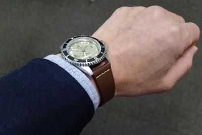 当店別注のヴィンテージストラップ(時計ベルト)19mm幅を、ラグ幅18mmの時計に装着してみると…
