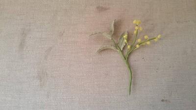 春色の黄色のミモザのブローチ