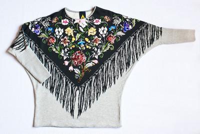可愛い花柄!1つ1つ丁寧にビーズ刺繍があしらわれシャツ。