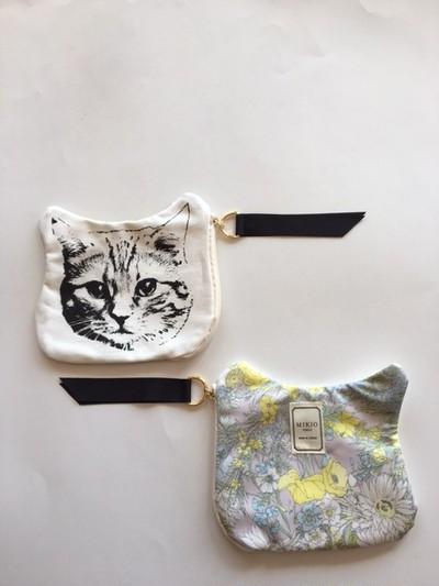 ネコ好きなあなたに、ネコプリント&ボタニカル柄を組み合わせたポーチはいかがですか?