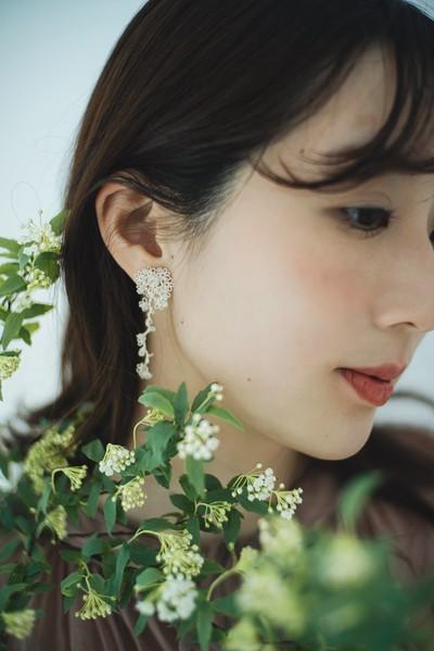 綿糸で編み描かれた、ロマンティックなタティングレースの耳飾り