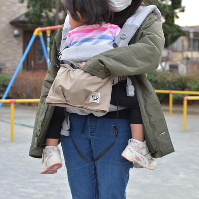 抱っこ紐につけるバッグ「カンガルーバッグ」外出時にモノを出すのが楽々に!