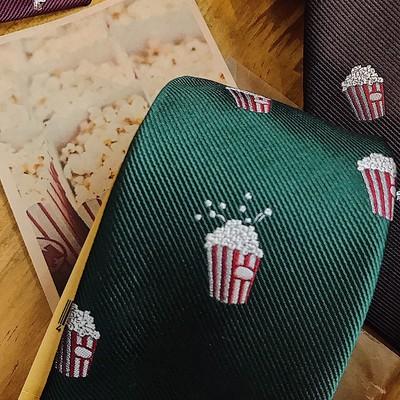 クリスマスギフトにオススメのPOPに胸元を飾るネクタイ