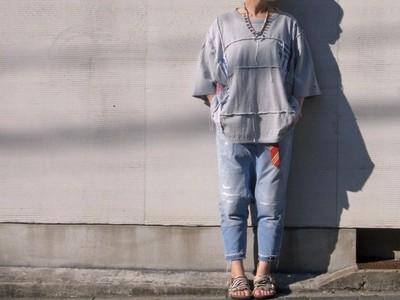 女子にもオススメ!ゆったりとしたシルエットのリメイクTシャツ。