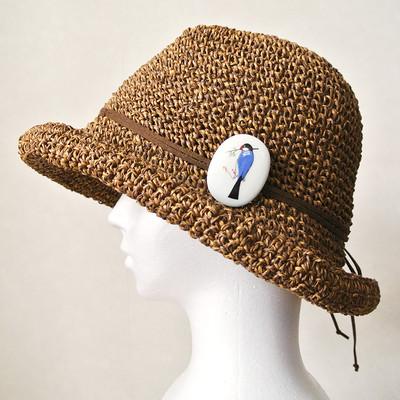 帽子の上で小鳥が休憩?九谷焼の小鳥ブローチ