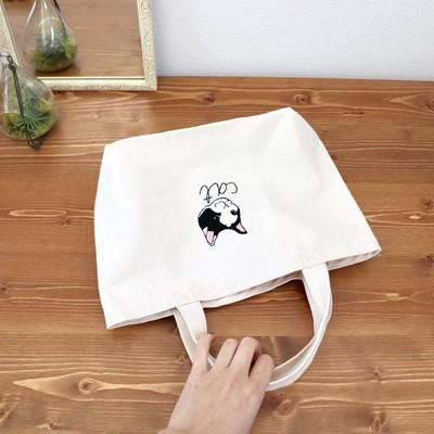 さっと手に持って出掛けちゃいたくなる。何か悪いことを考えているハチワレ猫の手刺繍ランチバッグ。