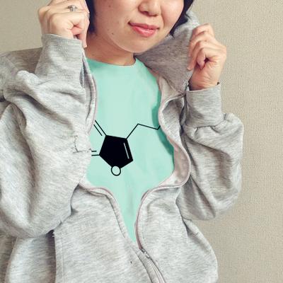 研究室で目立っちゃお♪ セロトニンのかわいい化学Tシャツ