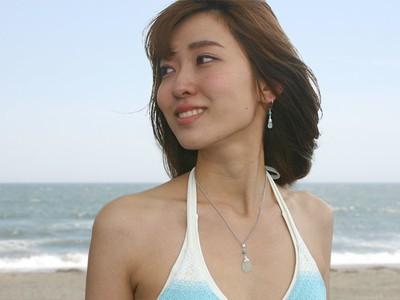 水着にとっても似合う、海の宝石と呼ばれる「シーグラス」のネックレス