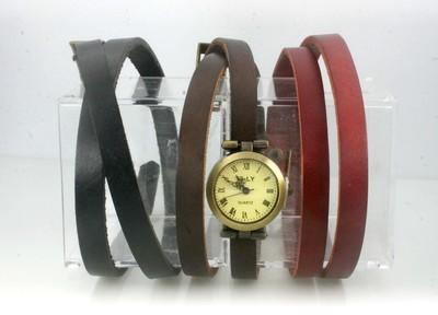季節や気分に合わせてベルトを着替える、レザーブレスレットの腕時計