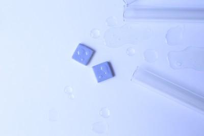 まるで雨粒?水しぶき?『水滴タイルピアス』で簡単におしゃれを楽しもう