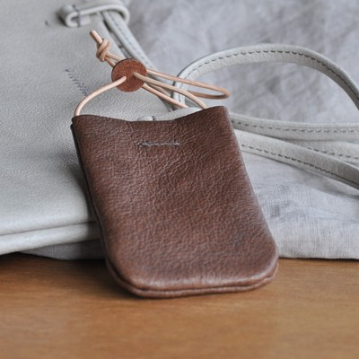 シンプルでカジュアルな革のカードホルダー、シックな色はいかがですか。