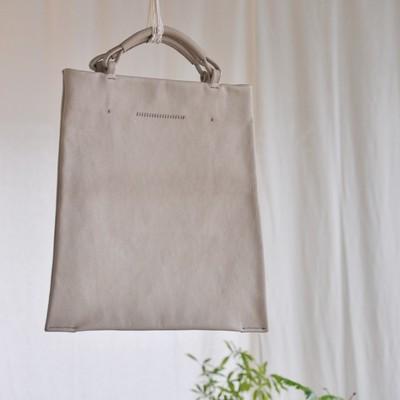 A4サイズってやっぱり便利!革の台形フラットバッグ。