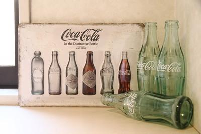 コカ・コーラファン必見🌟白ベースが珍しい歴代ボトルデザイン看板!