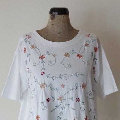 お花の刺繍で可愛い仕上がりの白Tシャツ‼︎