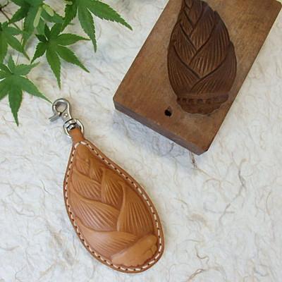 和菓子の木型でレザークラフト