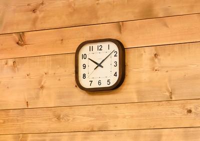 角が丸く、柔らかな顔をした掛け時計