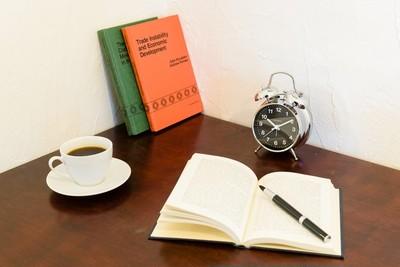 1950 年の手巻式目覚まし時計のデザインをモチーフにした目覚まし時計