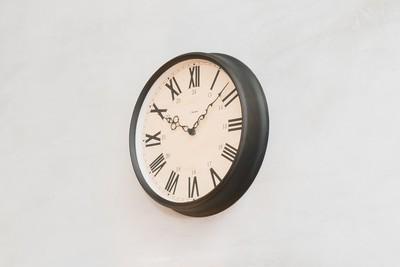 英国などで見かける 大きなローマ数字が特徴の掛け時計