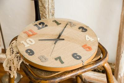 シンプルな丸いフォルムに個性的な素材を合わせたモダンスタイルな掛け時計