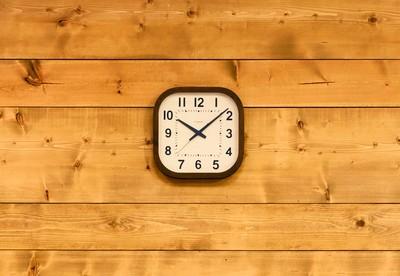 部屋全体の空間を温かみのある雰囲気に創り出す時計