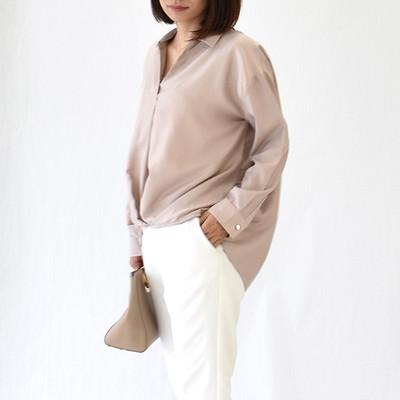 \フロント裾にタックを効かせたドレープシルエットも、優しげでフェミニンな雰囲気を/