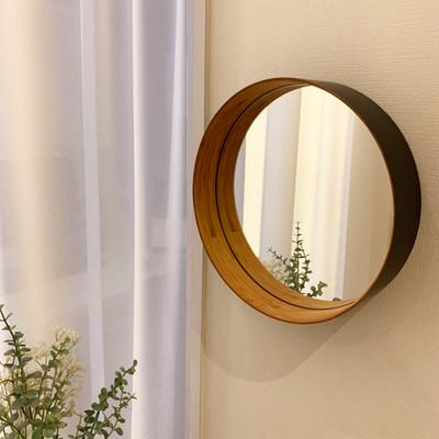 鏡に映る風景を楽しむ。竹のしなりを活かして作られた壁掛けミラー