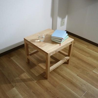 シンプルながら天然木の味わいを最大限に感じることのできるカフェテーブルが新登場!