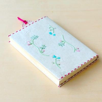 使えば使うほど手に馴染む。刺繍花入りの和紙文庫カバー&しおり
