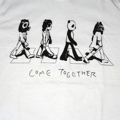 ビートルズのアルバムジャケットを再現?四人組になぜか混じるパンダTシャツ