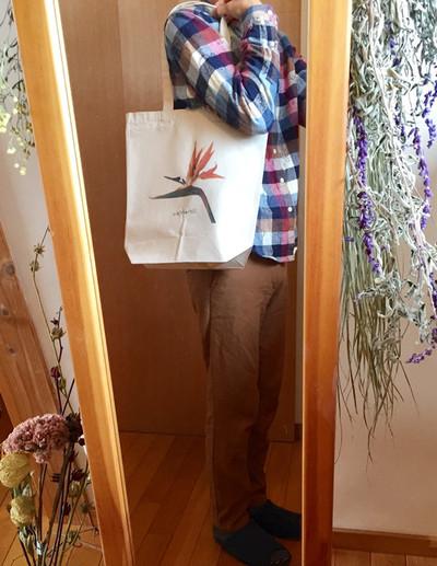 鳥の顔みたいな花「ストレリチア(極楽鳥花)」がデザインされたトートバッグ。