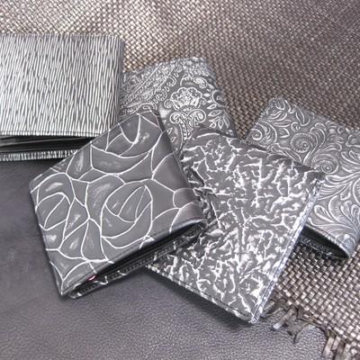 金属のようなヴィジュアルの、『本革』のお財布です。