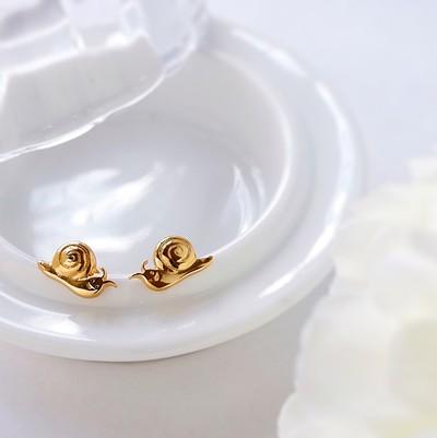 雨でも明るい気分にしてくれる!耳元を飾る金の輝き。カタツムリピアス