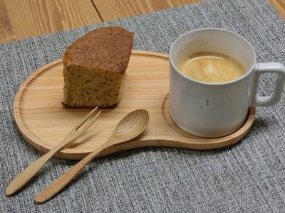 いつものコンビニスイーツもお皿を替えるだけで雰囲気UP☆杉の木目もきれいなコーヒー皿