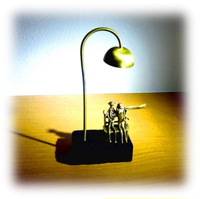 アテネの小さな工房からの贈り物!「街灯とベンチに腰掛ける二人」