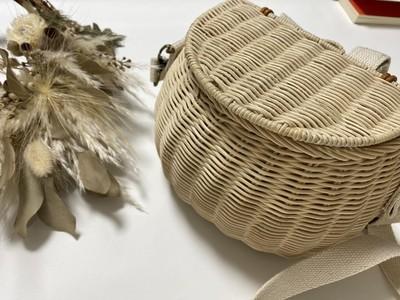 かわいらしさとレトロ感あふれるデザイン。これ一つで『映え』が狙えてしまうラタン素材のバッグです。