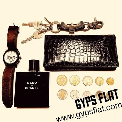 クロコダイル財布なのにスタイリッシュ!? ワイルドで武骨なイメージは全くない2つ折り長財布のご紹介。