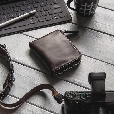 スリムにまとめるシンプル財布。内側が機能的なL型ジッパーウォレットの再販です。